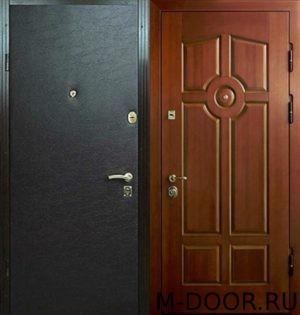 Стальная дверь в коттедж с отделкой винилискожа и МДФ 1